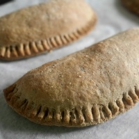 Empanadas aux lentilles corail, chou et épices indiennes