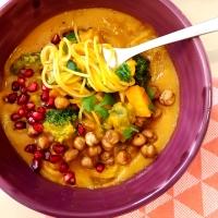 Velouté thaï de potimarron, pois chiches grillés et nouilles de riz
