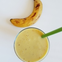 Milkshake à la banane, citron, gingembre et curcuma